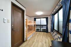 ドミトリーの様子。壁紙は部屋ごとに異なります。(402号室)(2017-04-26,専有部,ROOM,4F)