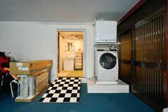 ガレージの奥にはオーナーさん宅のバスルームと洗濯機、乾燥機が備わっています。状況に応じて入居者さんも使用OKだそう。(2017-04-26,共用部,GARAGE,1F)