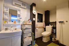 脱衣室の様子。洗面台とトイレが設置されています。(2017-04-26,共用部,BATH,1F)