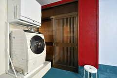 洗濯機の横には離れの玄関があります。(2017-04-26,共用部,OTHER,1F)
