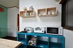 ターコイズブルーの棚は、専有部ごとに使えるスペースが決まっています。棚の上にはキッチン家電が並んでいます。(2017-05-11,共用部,KITCHEN,2F)