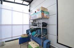 キャンプ用品が並ぶラック。貸出可能です。(2015-02-02,共用部,OTHER,4F)