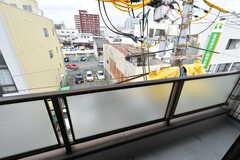 ベランダの様子。駅チカなので、阪急電車も見えます。(404号室)(2017-05-10,専有部,ROOM,4F)