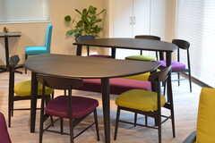 リビングのテーブルは2つをくっつけて円形にすることもできます。(2016-10-01,共用部,LIVINGROOM,1F)