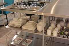 食器はコンロの下に収納されています。(2016-10-01,共用部,KITCHEN,1F)
