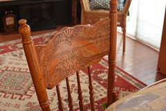 ダイニングの椅子には繊細な模様が彫ってあります。(2016-10-04,共用部,LIVINGROOM,2F)