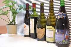 バーテーブルにはワインの瓶が並びます。(2014-11-10,共用部,LIVINGROOM,2F)