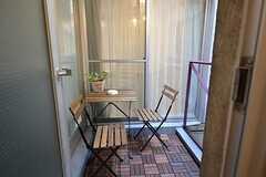 洗濯機脇のドアから喫煙スペースに出られます。(2015-11-16,共用部,OTHER,2F)