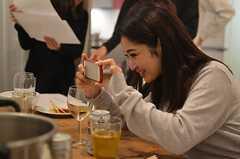 思わず料理の写真を撮るシーンも。(2014-11-10,共用部,PARTY,2F)