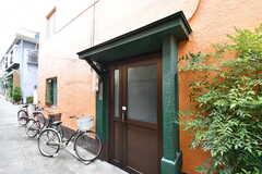 シェアハウスの玄関。玄関脇が自転車置き場です。(2017-08-30,周辺環境,ENTRANCE,1F)