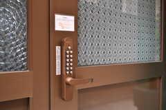 玄関の鍵はナンバー式です。(2017-08-30,周辺環境,ENTRANCE,1F)