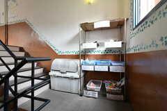 階段の踊場も資源ごみの一時置き場です。(2017-08-30,共用部,OTHER,2F)