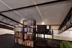 本棚と共用PCの様子。(2017-08-30,共用部,PC,4F)
