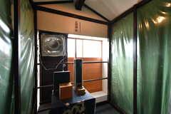 喫煙所はビニールカーテンで囲まれています。(2017-08-30,共用部,LIVINGROOM,4F)