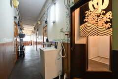 廊下には、洗濯機・乾燥機が設置されています。暖簾の先がシャワールームとトイレです。(2017-08-30,共用部,LAUNDRY,3F)