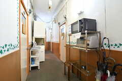 廊下のラックには、電子レンジとオーブントースターがあります。(2017-08-30,共用部,OTHER,2F)