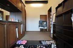 正面玄関から見た内部の様子。左手に水回りと専有部、右手のドアのむこうにリビングがあります。(2012-09-11,周辺環境,ENTRANCE,10F)