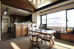 ダイニングの様子。奥にキッチンがあります。(2012-09-11,共用部,LIVINGROOM,10F)