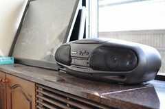 ダイニングの脇にはラジカセが置かれています。(2012-09-11,共用部,LIVINGROOM,10F)