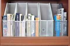 靴箱の一部が本棚になっています。(2012-09-11,周辺環境,ENTRANCE,10F)