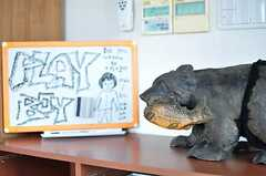 本棚の上にはコミュニケーションボードとセクシーな熊の置物。(2012-09-11,周辺環境,ENTRANCE,10F)