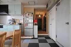 キッチン脇の廊下の先に各部屋があります。廊下右手にはバスルームとトイレがあります。(2012-09-11,共用部,OTHER,10F)