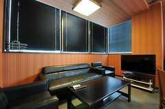 リビングの様子3。ソファが並んでいます。(2012-09-11,共用部,LIVINGROOM,8F)