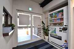 内部から見た玄関の様子。自動販売機が設置されています。(2017-03-29,周辺環境,ENTRANCE,1F)