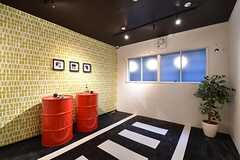 スモーキングルームの様子。赤いドラム缶の上に灰皿が用意されています。(2017-02-06,共用部,OTHER,1F)