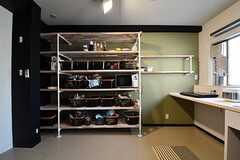 収納棚の対面は専有部ごとの収納棚です。専有部ごとにボックスが用意されています。(2017-03-29,共用部,KITCHEN,3F)