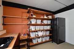 IHクッキングヒーターの脇に専有部ごとの収納棚と冷蔵庫が1台並んでいます。(2017-03-29,共用部,KITCHEN,3F)