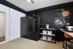 専有部ごとの収納棚の対面は、冷蔵庫が2台、収納棚が並んでいます。(2017-03-29,共用部,KITCHEN,3F)