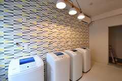 洗濯機が4台並んでいます。(2017-02-06,共用部,LAUNDRY,2F)
