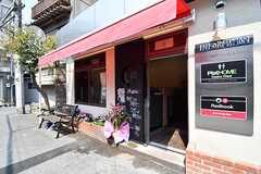 玄関脇はバーが店舗を構えています。(2017-03-29,共用部,OTHER,1F)