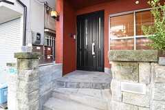 玄関の様子。玄関脇にポストが設置されています。(2016-11-01,周辺環境,ENTRANCE,1F)