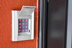 玄関の鍵はナンバー式です。(2017-08-29,周辺環境,ENTRANCE,1F)