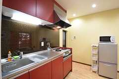 キッチンの様子。キッチン脇には冷蔵庫と電子レンジが設置されています。(2016-11-01,共用部,KITCHEN,1F)