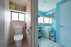 トイレの様子。右手が脱衣室です。脱衣室には洗面台が設置されています。(2017-08-29,共用部,TOILET,3F)