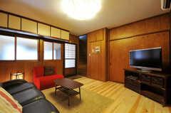 リビングの様子2。奥の階段は205号室へ続きます。(2012-03-24,共用部,LIVINGROOM,1F)