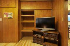 共用TVの奥にある棚が靴箱です。(2012-03-24,共用部,TV,1F)