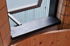 バスルームの窓は大工さんが作ってくれたのだそう。(2012-03-24,共用部,BATH,1F)