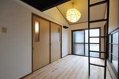 共用の板の間の様子3。掃き出し窓からベランダに出られます。(2012-03-24,共用部,LIVINGROOM,2F)