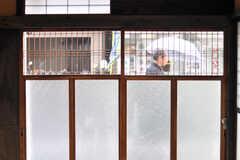テナントスペースから玄関のガラス扉越しに通りを眺めるとこんな感じ。(2012-03-24,共用部,OTHER,1F)