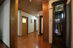 廊下の様子。右手にリビングがあります。(2014-03-06,共用部,OTHER,1F)