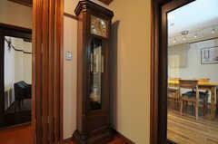 旅館時代からこの場所にあるという振り子時計。今でもキチンと時間を知らせてくれます。(2014-03-06,共用部,OTHER,1F)