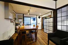 格子戸の奥はキッチンです。(2016-12-12,共用部,LIVINGROOM,1F)