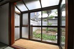サンルームがついています。庭を眺めることもできます。(110号室)(2014-03-06,専有部,ROOM,1F)
