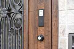 玄関の鍵は、非接触ICカード式鍵のオートロックです。(2017-02-22,周辺環境,ENTRANCE,1F)