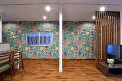 リビングの様子。壁には派手な絵柄がプリントされています。(2017-02-22,共用部,LIVINGROOM,1F)