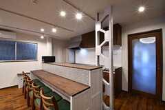 カウンターテーブルの様子。チェアが5脚用意されています。奥がキッチンです。(2017-02-22,共用部,LIVINGROOM,1F)